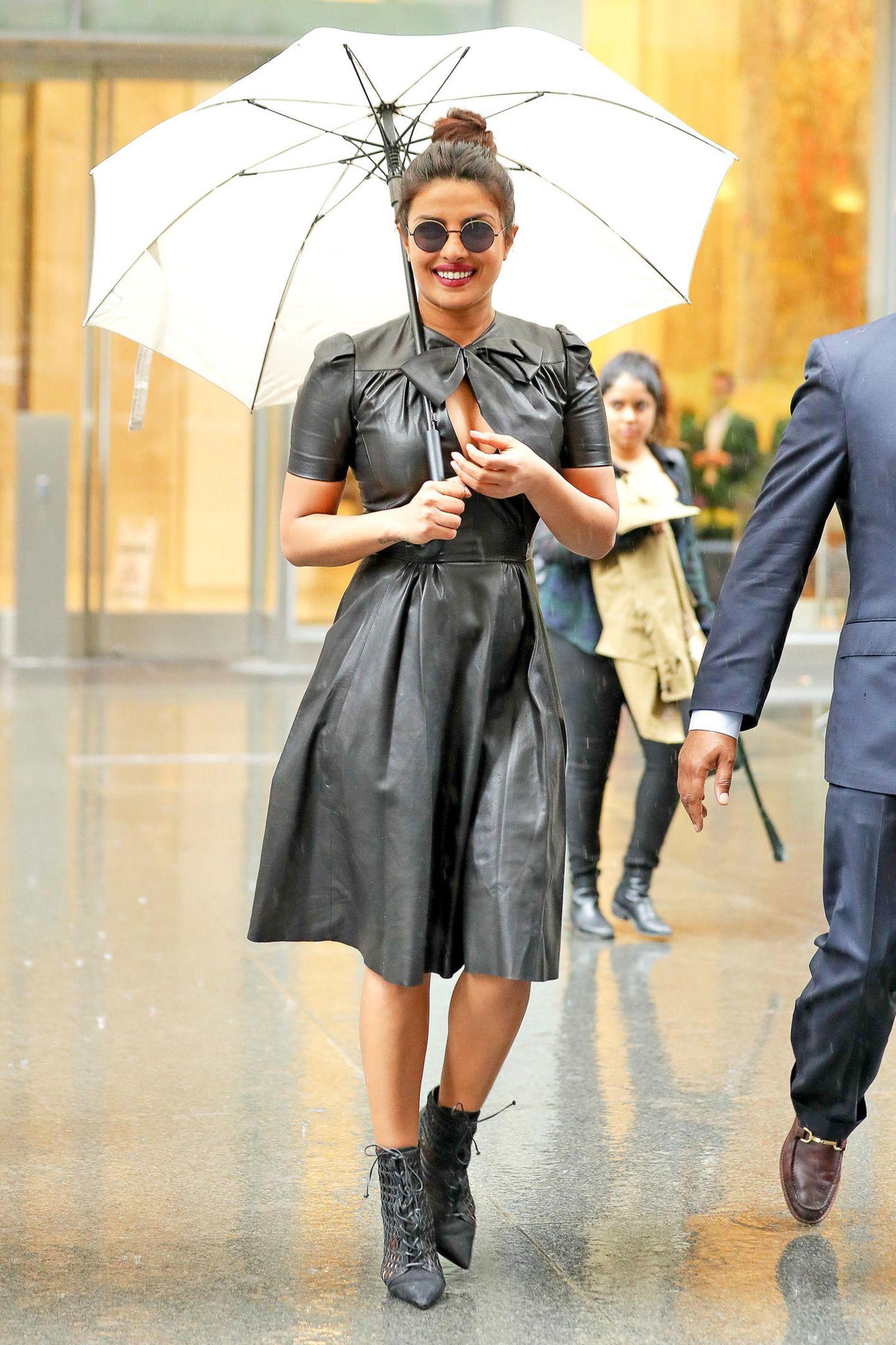 Priyanka Chopra lässt sich durch ein paar Regentropfen die gute Laune sicher nicht verderben.