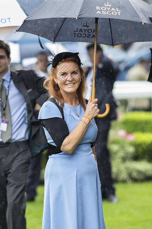 Auch Royals stehen mal im Regen. Sarah Ferguson machte diese Erfahrung gerade in Ascot. Nur gut, dass es an der Pferderennstrecke feste Regenschirme gibt.