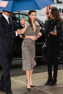 Hollywood-Schönheit Jessica Biel trägt ihre Haare passend zum New Yorker Regenwetter im dezenten Wet-Look