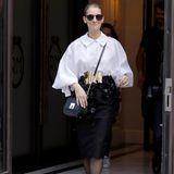 Zurück in Paris geht es nicht weniger stylisch bei Celine Dion zu. Zu einer extremen Puffärmel-Bluse kombiniert sie einen schwarzen, klassischen Pencil-Skirt.