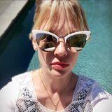 Wow! January Jones' verspiegelte Katzenaugen-Brille ist nicht nur der perfekte Augenschutz, sondern auch ein echter Blickfang.