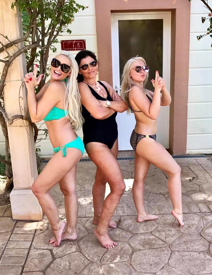 """""""Drei Engel für Mallorca"""" schreibt Daniela Katzenberger zu diesem sympathischen Bikinifoto. Doch viel entscheidender ist ihr Zusatz """"P.S.: Ja, auch """"Engel"""" haben: Cellulite, Krampfadern, Pickel, Falten und weiche """"Mama-Haut"""" - was solls, auf Malle scheint sie Sonne"""" - wo sie Recht hat, hat sie Recht."""