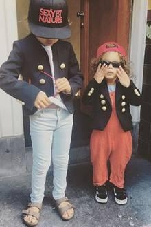 """Diese Zwei sind einfach zu cool für """"normale"""" Kindermode: Phyllon und Myllena scheinen viel Spaß an Verkleidungen zu haben. Mit Military-Jacken und lässigen Caps posieren sie für ihre Eltern."""