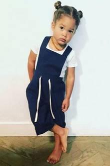 Myllena Mae, die kleine Tochter von Supermodel Doutzen Kroes und ihrem Liebsten Sunnery James, ist schon mit drei Jahren eine total coole Stil-Ikone. Das Posen hat sie offensichtlich von Mama gelernt.