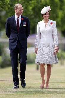 Im stilvollen Mantelkleid von Catherine Walker & Co. gedenkt Herzogin Catherine der Dritten Flandernschlacht. Doch ein Detail verzaubert uns bei diesem Look ganz besonders ...