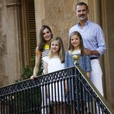31. Juli 2017  Das alljährliche Sommershooting in Palma de Mallorca stand wieder einmal für König Felipe, Königin Letizia und die beiden Töchter Prinzessin Leonor und Prinzessin Sofia an. In den Gärten des Marvient-Palast zeigten die Vier wieder einmal als absolute Bilderbuch-Familie