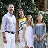 31. Juli 2017  König Felipe ist sichtlich stolz auf seine drei hübschen Frauen. Alle tragen ein sommerlich legeres Outfit
