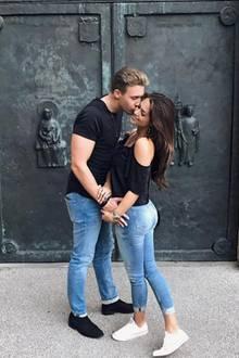 """""""Bilder sagen mehr als 1000 Worte♥️"""" schreibt Bachelorette Jessica Paszka unter dieses Instagram-Foto von sich und ihrem Auserwählten David Friedrich. Der Partnerlook mit schwarzen Shirts und engen Jeans ist in der ganzen Komposition des Bildes auch ganz sicher kein Zufall. Schließlich sollen ja auch alle sehen, dass die beiden wirklich ein Paar sind."""