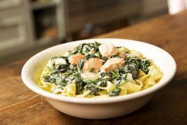 Kaliumreiches Gericht: Bandnudeln mit Lachs und Spinat