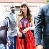Heißer Look, Jessica! Im stylischen, roten Neckholder-Dress von Elie Saab und High Heels von Louboutin erinnert Jessica Biel an einen wunderschönen Feuervogel.