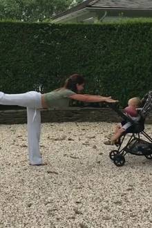 Wer sagt, dass eine frischgebackene Mutter keine Zeit fürs Training hat: In einem spaßigen Video auf Instagram, zeigt Hilaria Baldwin ihre Yoga-Skills.