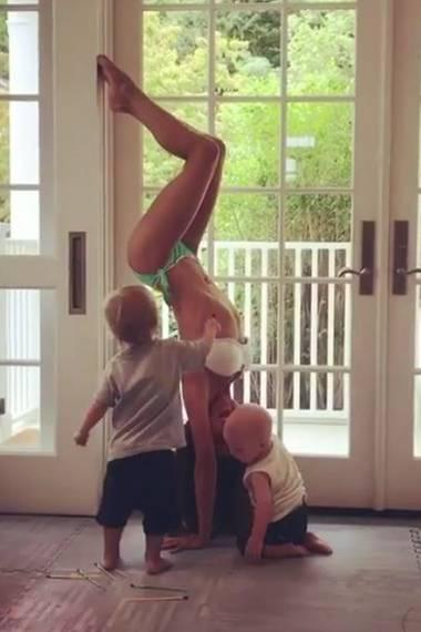 """""""Es gibt nichts Schöneres als geknutscht und angemalt zu werden, während man Yoga macht"""", postet Hilaria Baldwin scherzend."""