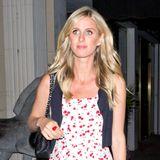 In freudiger Erwartung von Baby Nr. 2 schlendert Nicky Hilton in einem gewohnt stylischen Outfit durch die Nacht. Zum rot-weißen Blünchenkleid kombiniert sie rote Pumps und eine kleine, schwarze Weste.