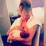 So niedlich war Aurora als Baby: Michelle Hunziker teilte ein Foto, auf dem sie als junge Mutter ihr erstes Kind Aurora stillt.