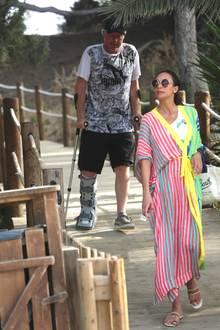 1. August 2017  Der am Sprunggelenk operierte Boris Becker arbeitet sich mithilfe seiner Krücken Schritt für Schritt vor, während Lilly Becker vorausgeht. Den Bankrott-Gerüchten zum Trotz urlaubt das Paar gerade auf Ibiza.