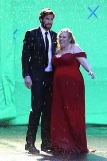 """31. Juli 2017  Die blonde Dame im roten Kleid ist Liams Kollegin Rebel Wilson. Im kommenden Film """"Isn't it Romantic"""" gibt es offensichtlich mindestens eine Kussszene zwischen dem ungleichen Paar. Bleibt zu hoffen, dass Miley Cyrus es sportlich nimmt."""