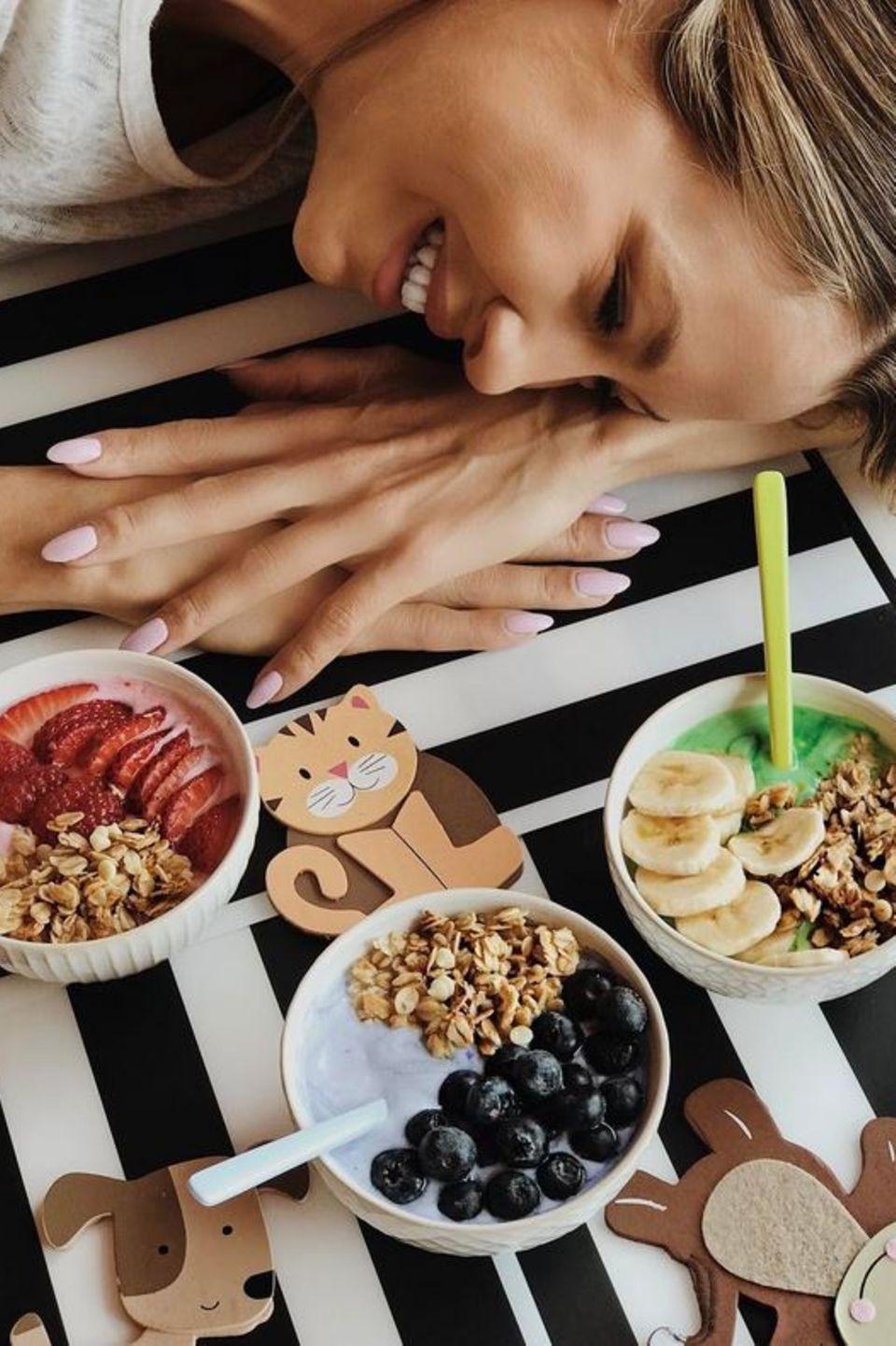 Alessandra Meyer-Wölden stellt ihre Frühstücksfavoriten am Sonntag vor: Griechischer Joghurt, selbst gemachtes Knuspermüsli, Banane und verschiedene Beeren.
