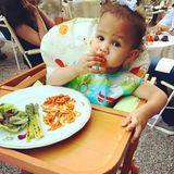 Die Tomatenfinger deuten es an: Luna interessiert sich nur für die Nudeln. Da kann Mutter Chrissy Teigen das Gemüse noch so schön drapieren.