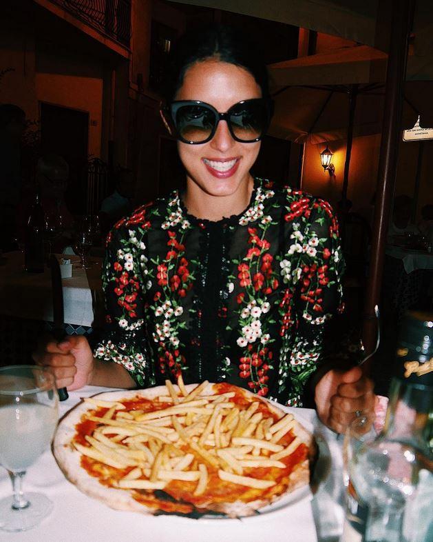 Schweinerei oder Leckerbissen? Moderatorin Rebecca Mir scheint sich auf die mit Pommes belegte Pizza zu freuen.