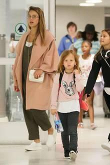 Während ihres Urlaubs auf Hawaii bekamen wir Jessica Albas Babybauch in wundervollen Bikinis zu sehen. Nun ist sie zurück in Los Angeles und zeigt sich am Airport zwar etwas verhüllter, aber dennoch absolut stylisch. Das Highlight ihres Umstands-Looks ist dabei definitiv ihr schicker Mantel mit Wasserfallkragen, der ihr wachsendes Bäuchlein locker umspielt. Ebenso lässig: die Outfits ihrer Töchter Honor und Haven, die wie Mama Jessica auf coole Sneaker setzen.