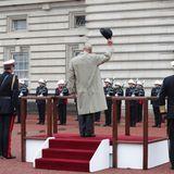 Seit 1947 ist Prinz Philip 22.220 (!) Solo-Verpflichtungen nachgegangen, 673 Mal für royale Termine in fremde Länder gereist und hat fast 5.500 Reden gehalten. Da kann man doch wirklich nur den Hut vor ihm ziehen.