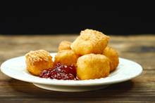 Herzhafte Verführung: Camembert-Happen mit Preiselbeeren
