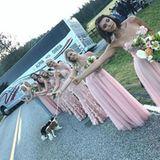 Mit dem Kleid steht Nina nicht alleine da. Alle Brautjungfern tragen ungefähr das gleiche Kleid. Bei einigen konzentriert sich die 3D-Blümchenstickerei auf das Oberteil, bei anderen ziert sie ebenfalls den Rock. Doch eines haben alle gemeinsam: Sie sehen sehr mädchenhaft verspielt aus.