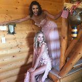 """Bei der Hochzeit von Julianne Hough ist """"Vampire Diaries""""-Star Nina Dobrev eine von vielen Brautjungfern und strahlt in einem rosa Mädchentraum. Ihr Kleid besteht aus mehreren Lagen Tüll und Chiffon, ist mit Blumen verziert und kommt in einem zarten Ton daher."""