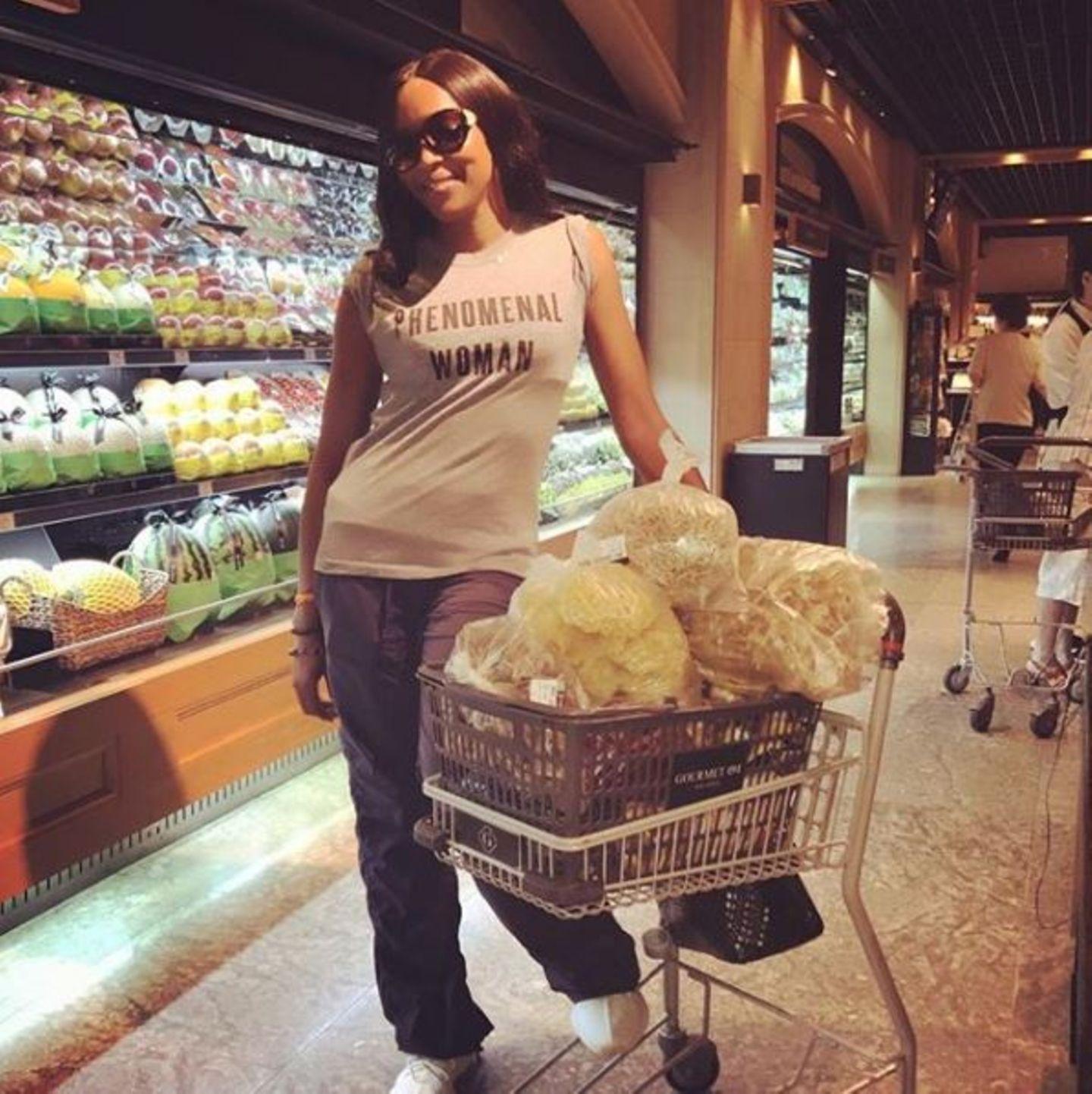 Beim Einkaufen findet man Model Naomi Campbell - wer hätte es anders gedacht - in der Obstabteilung. Hier kauft sie höchstwahrscheinlich die Zutaten für ihre Saftdiäten ein. Aber nein, halt stopp! Das, was sie dort in ihrem Einkaufswagen hat, sieht nun gar nicht nach Äpfeln und Co. aus. Vielmehr könnte es sich dabei um unzählige Schwämme handeln. Fragt sich dann nur, was sie damit vorhat?!