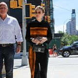 Stylisch ist der samtige Jogging-Anzug von Gigi Hadid allemal, aber Schlabberlook bleibt Schlabberlook!
