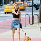 Für einen Spaziergang mit ihrem süßen Hund Bear durchs New Yorker East Village hat sich Martha Hunt mit bauchfreiem Top und Jeans-Mini nicht sonderlich herausgeputzt.