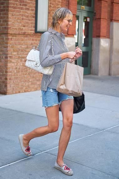 Kaum wiederzuerkennen ist auch Karolina Kurkova mit nassen Haaren Jeans-Short, Hemd und Espandrillos. Wenn da nur nicht die teure Chanel-Tasche wäre...