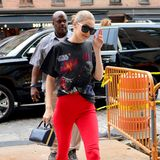 Und tschüß, Style! Gigi Hadid schlendert im Star-Wars-Shirt und roter Schlaghose durch New York.