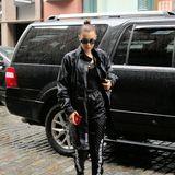 Boxer-Style: In der schwarzen Regenjacke-Jogginghosen-Kombi macht Bella Hadid einen ganz gefährlichen Eindruck.