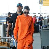 """Ob Kendall Jenner wohl Fan der Frauengefängnis-Serie """"Orange Is The New Black"""" ist? Der knallige Jogginganzug im Jailhouse-Look lässt das zumindest vermuten."""