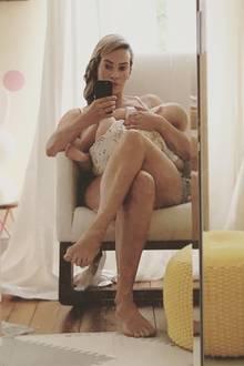 Schauspielerin Laura Osswald wünscht mit diesem entspannten Foto von sich und ihrer süßen Tochter Karline allen eine fröhliche Weltstillwoche. Ja, die gibt es wirklich und findet in diesem Jahr vom 1. bis zum 7. August statt.