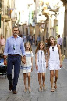 6. August 2017  Für den Stadtbummel und einen Museumsbesuch in Soller auf Mallorca haben sich König Felipe, Sofia, Leonor und Königin Letizia in Blau und Weiß farblich perfekt aufeinander abgestimmt.