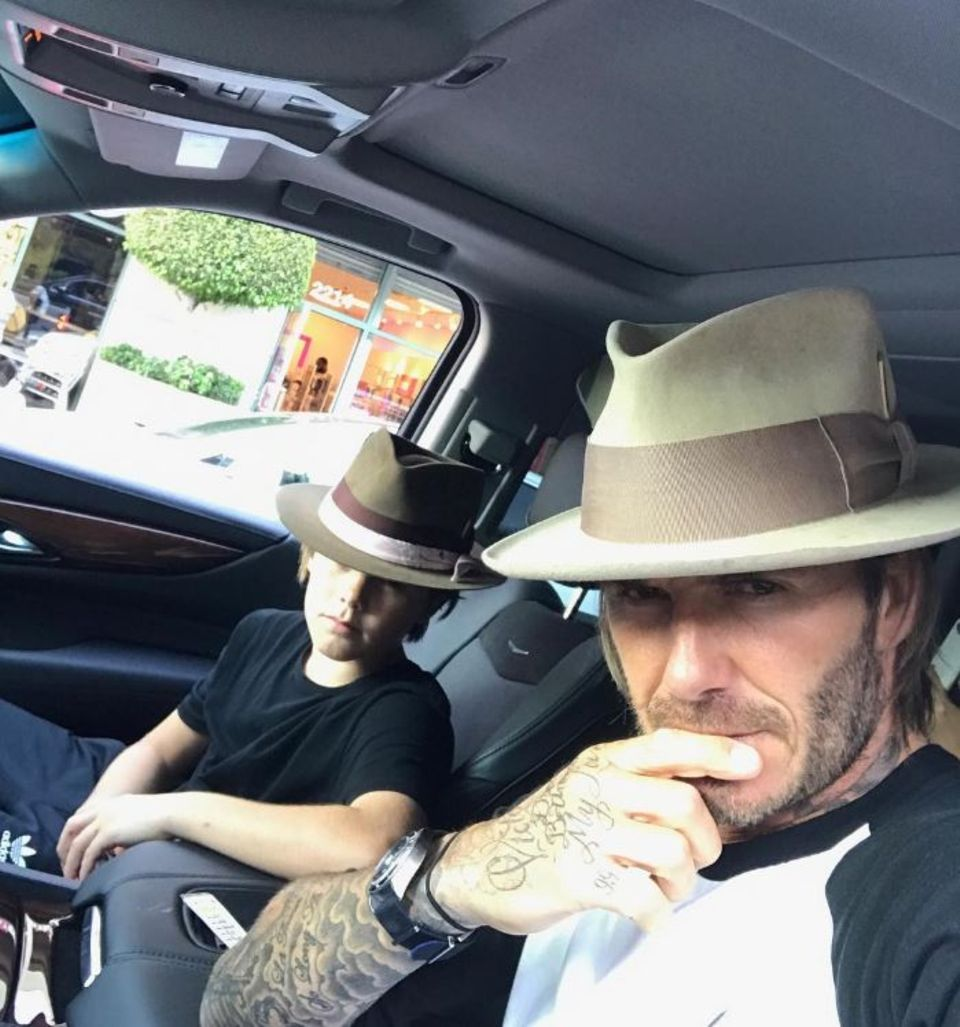 5. August 2017  Zwei verdammt coole Typen: Sohn Cruz Beckham und sein Vater David Beckham vertreiben sich die Zeit mit Selfies.
