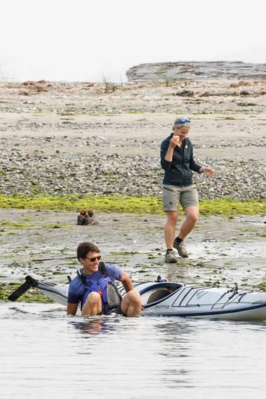 5. August 2017  Justin Trudeau geht unfreiwillig baden: Bei einem Kajak-Ausflug fällt der kanadische Premierminister ins Wasser, nimmt sein Missgeschick jedoch mit Humor.