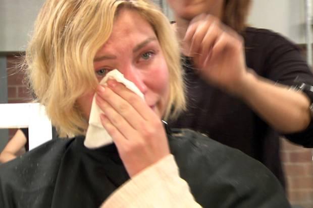 Beim Umstyling fließen Tränen: Der Abschied von ihren langen Haaren fällt Bianca nicht leicht.