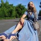 Im sommerlichen Denim-Kleid und Glamour-Sandalen von Steffen Schraut sonnt Victoria Swarovski sich und ihre Dior-Tasche in Köln.