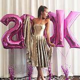 200.000 Instagram-Follower feiert Victoria standesgemäß im goldenen Glitzer-Dress.