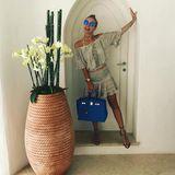 Im süßen Sommer-Dress von Sunday St. Tropez und mit ihrer blauen Hermès-Tasche genießt eine gut gelaunte Victoria ihren Urlaub auf Sizilien.