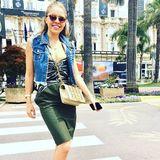 Einen Spaziergang über die Croisette genießt Victoria im Ferragamo-Rock zur lässigen Jeans-Weste. Die Vintage-Tasche von Chanel und die Dior-Sonnenbrille sind hier die Luxus-Accessoires.