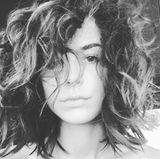 Eigentlich ist Lena Meyer-Landrut für ihre glamourösen Haar- und Make-up-Stylings bekannt. Dieser wuschelige Lockenkopf sieht allerdings mehr nach einem Griff in die Steckdose aus.