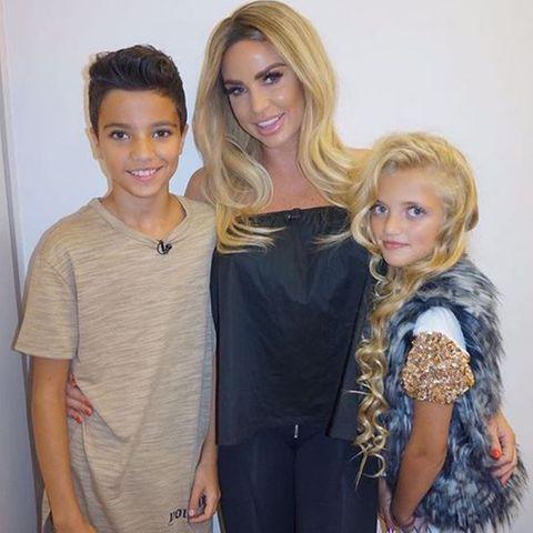 Katie Price mit ihren Kindern Junior und Princess Tiaamii