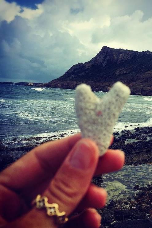 7. August 2017  Süßer Gruß aus dem Liebesurlaub mit ihrem Vito? Am Strand hat Heidi Klum einen Stein in Herzform gefunden und hält ihn vor die Kamera.