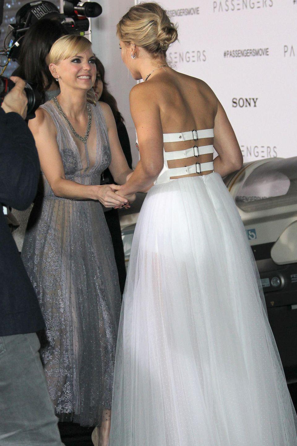 """Anna Faris und Jennifer Lawrence bei der """"Passengers""""-Premiere"""