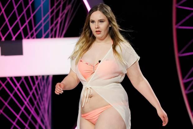 Viel nackte Haut: Kandidatin Nicole flaniert in knapper Beachwear über den Catwalk.