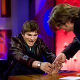 """""""Wenn alles andere so gut aussieht, muss ja irgendwas aus der Reihe tanzen"""", scherzt Ashton Kutcher über sein besonderes Körperteilund legt es–im wahrsten Sinne des Wortes –sogar auf den Tisch. In der Show von Jonathan Ross zeigt er, dass sein zweiter und dritter Zeh zusammengewachsen sind."""